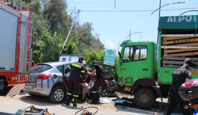 Σφοδρή σύγκρουση φορτηγού με Ι.Χ. στην Πρέβεζα