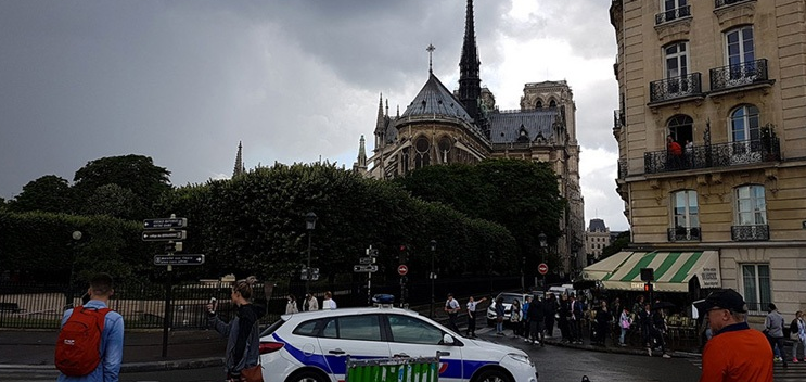 Άνδρας με σφυρί επιτέθηκε σε αστυνομικούς στην Παναγία των Παρισίων