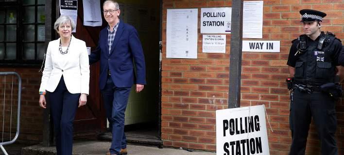 Ψήφισε η Μέι: Πήγε με Jaguar, λεοπάρ γοβάκια και τον σύζυγο να ακολουθεί