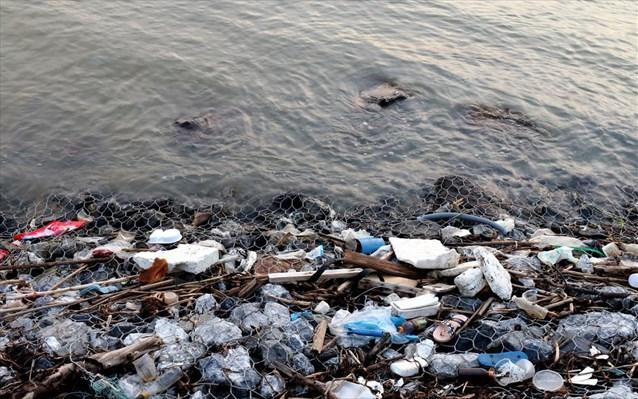 Έως και 2,4 εκατ. τόνοι πλαστικών καταλήγουν στους ωκεανούς από τα ποτάμια κάθε χρόνο