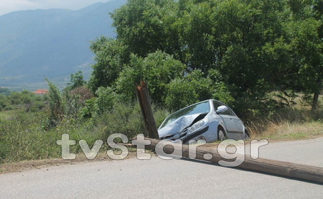 Αυτοκίνητο έκοψε στα δύο κολώνα του ΟΤΕ