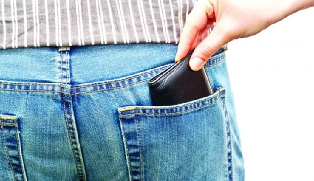 Κοριτσάκι 11 χρόνων έκλεβε πορτοφόλια στη λαϊκή