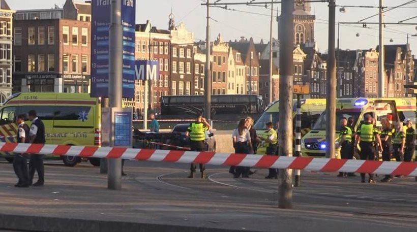 Άμστερνταμ: Αυτοκίνητο έπεσε πάνω σε πεζούς έξω από σταθμό του μετρό - Πέντε τραυματίες