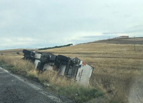 Ανατράπηκε φορτηγό στο δρόμο Λάρισας-Φαρσάλων