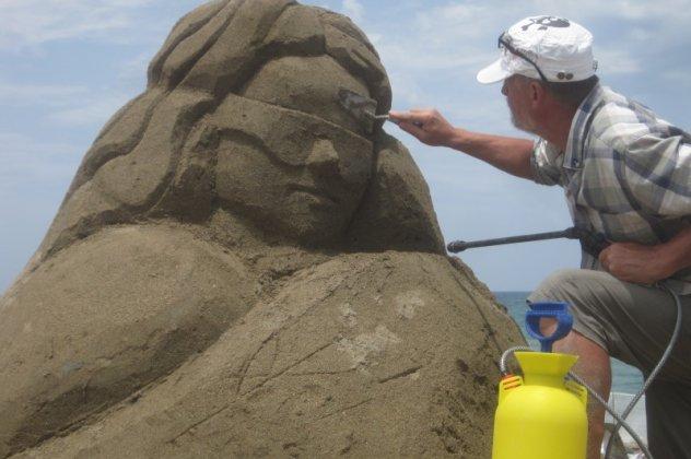 Eκπληκτικά γλυπτά από άμμο που έφτιαξαν σε παραλία στην Κρήτη (Φωτό - Βίντεο)