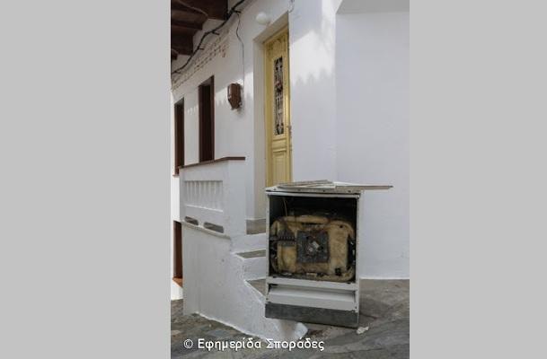Αγανάκτηση Σκοπελίτισσας: «Βρίσκω στην πόρτα μου σκουπιδότοπο»
