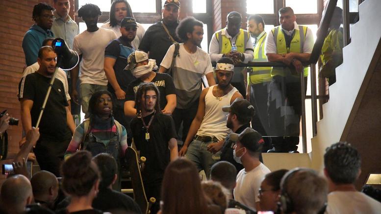 Διαδηλωτές μπούκαραν σε δημαρχείο του Λονδίνου ζητώντας «δικαιοσύνη»