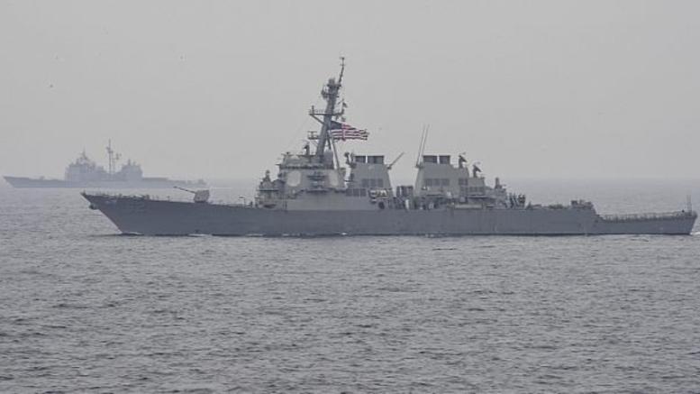 Αμερικανικό αντιτορπιλικό συγκρούστηκε με εμπορικό πλοίο