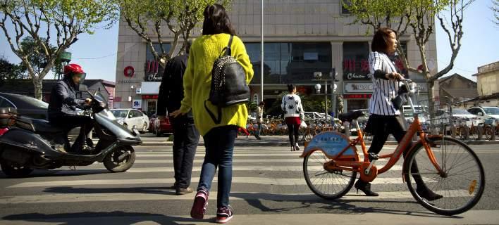 Κίνα: Κάνουν ρεζίλι τους πεζούς που περνούν με κόκκινο