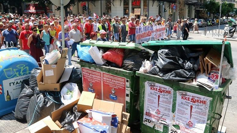 Απειλούν να κατεβάσουν ρολά οι Δήμοι, «βουνά» τα σκουπίδια