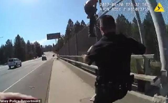 Αστυνομικοί σώζουν επίδοξο αυτόχειρα λίγο πριν «βουτήξει» σε λεωφόρο γεμάτη αυτοκίνητα