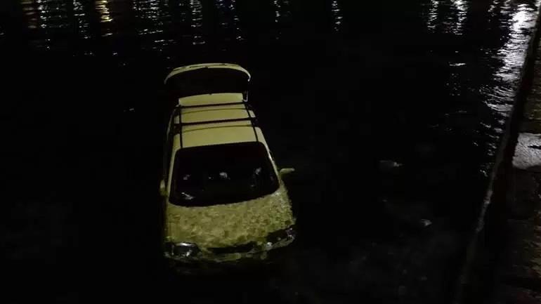 Νυχτερινή περιπέτεια στην Αίγινα - Αυτοκίνητο έπεσε στη θάλασσα