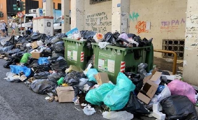 Σκουπίδια, καύσωνας και πορείες: «Βούρκος» οι μεγάλες πόλεις