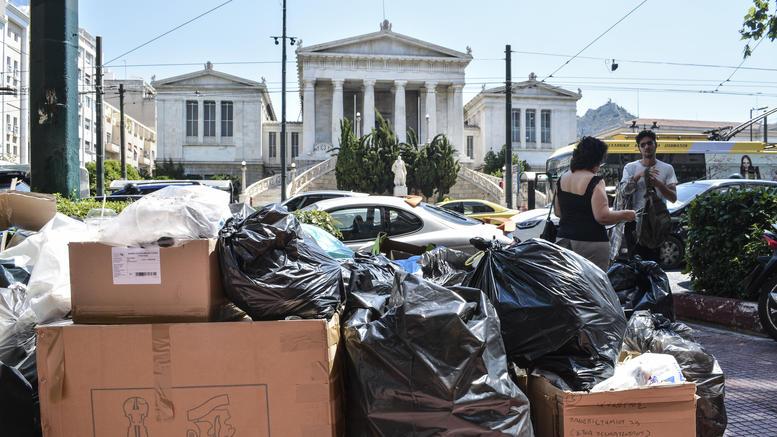 «Συμβίωση» με τα σκουπίδια στους δρόμους έως την Πέμπτη