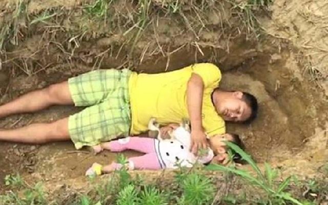 Κινέζος βάζει την ετοιμοθάνατη 2χρονη κόρη του να παίζει στο... μελλοντικό της τάφο