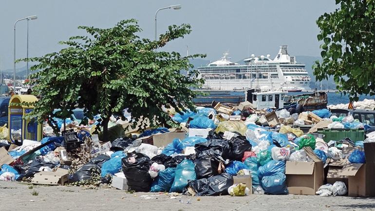 Μαζεύουν τα σκουπίδια