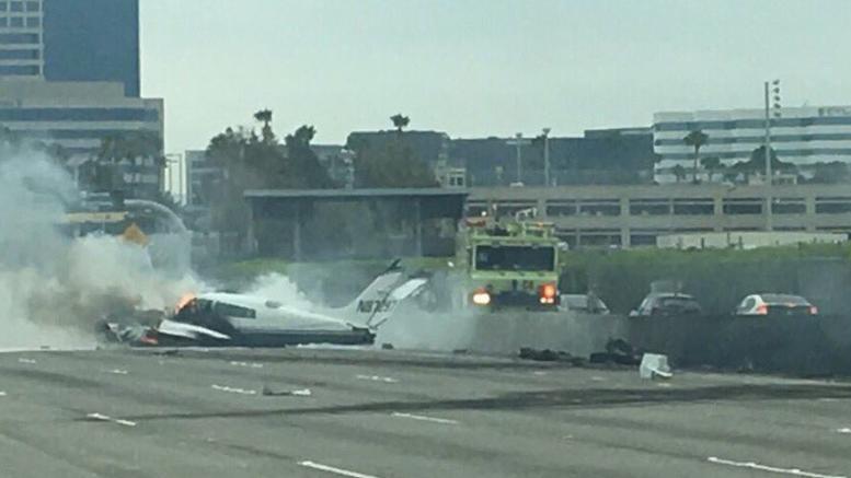 Αεροπλάνο έπεσε σε αυτοκινητόδρομο της Καλιφόρνια [εικόνες]