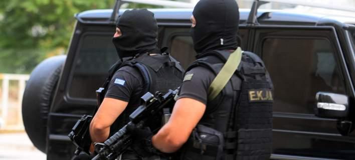 Μεγάλη αστυνομική επιχείρηση στο στρατόπεδο Καποτά. ΟΠΚΕ, ΕΚΑΜ, ΔΙΑΣ και ελικόπτερο στην περιοχή