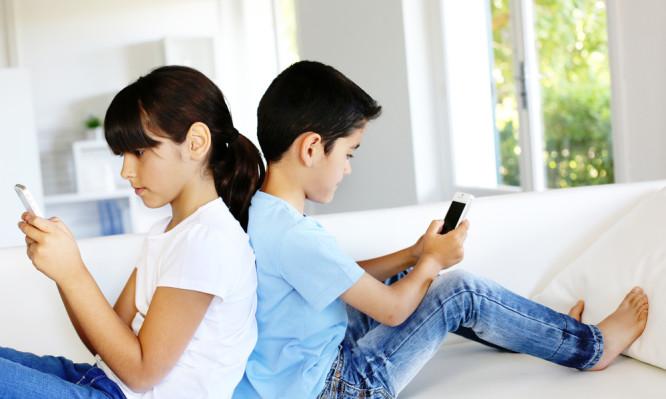 Παιδί και εθισμός στο κινητό: Πώς μπορούν να παρέμβουν εποικοδομητικά οι γονείς