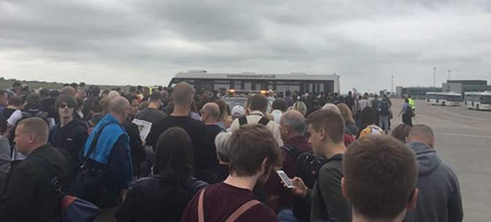 Εκκενώνεται ο τερματικός σταθμός του αεροδρομίου του Μάντσεστερ. Πληροφορίες για ύποπτο πακέτο [εικόνες]