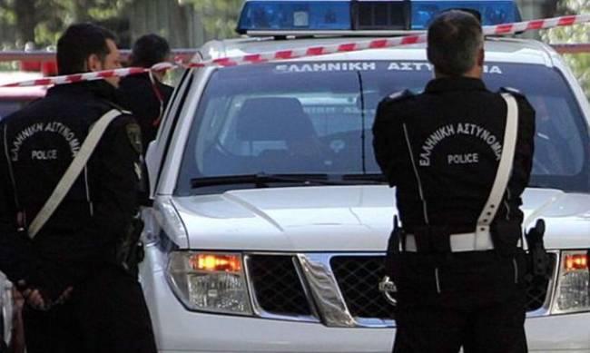 Συνταξιούχος αστυνομικός πίσω από τους φακέλους με σφαίρες