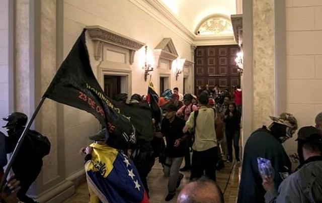 Αποχωρούν οι εγκλωβισμένοι στην Εθνική Συνέλευση της Βενεζουέλας