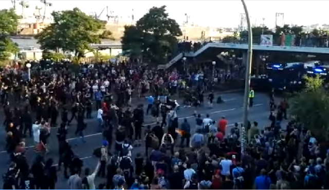 Ντελιβεράς σπάει πορεία κατά των G20 για να παραδώσει πίτσα [βίντεο]