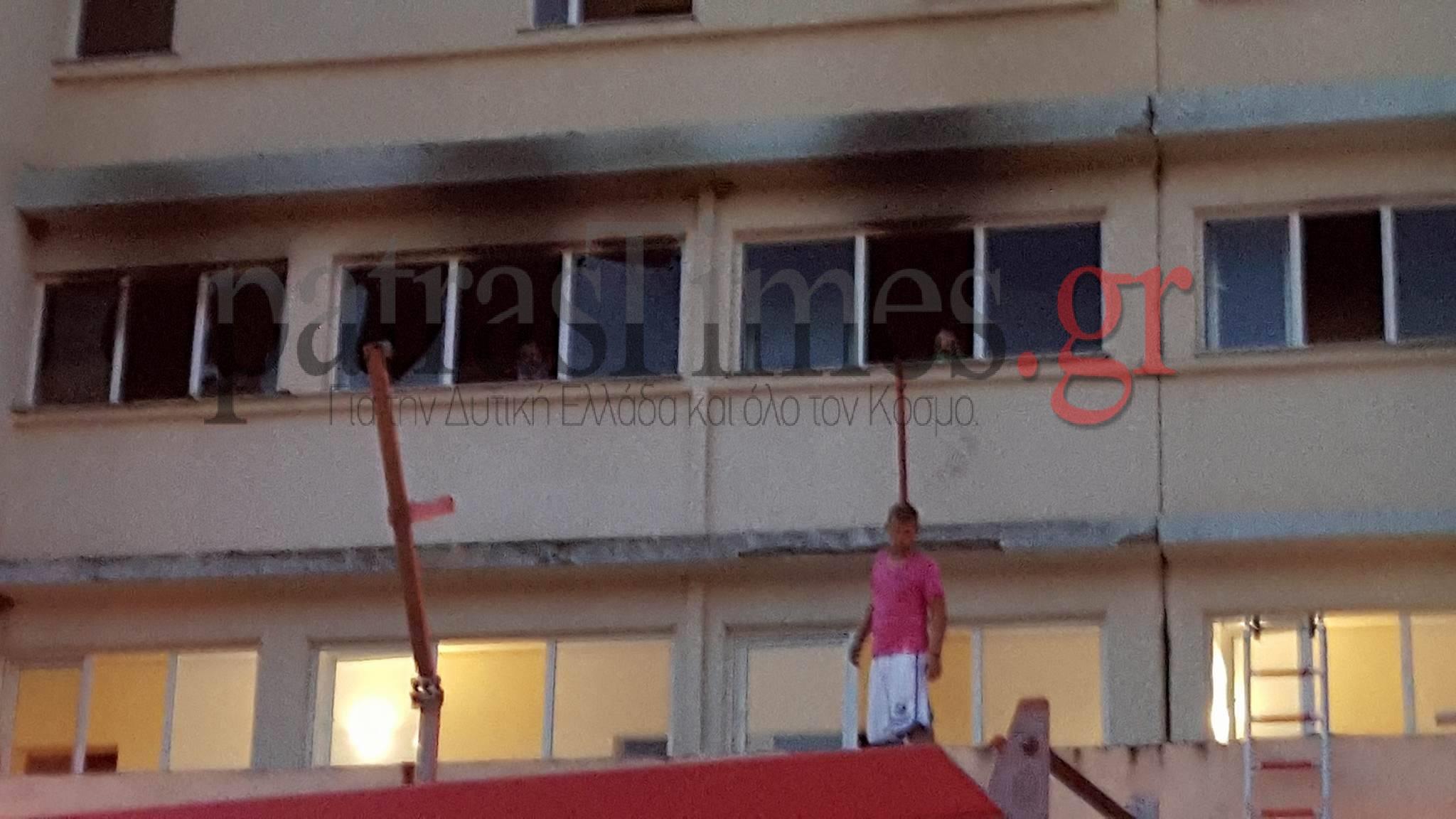 Φωτιά σε ξενοδοχείο στο Αίγιο. Πληροφορίες για τραυματίες και εγκλωβισμένους
