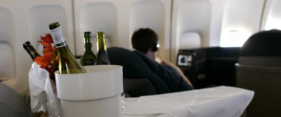 Αεροσυνοδός σπάει μπουκάλι κρασί σε κεφάλι επιβάτη