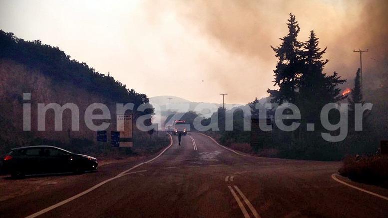 Μαίνεται η φωτιά στη Ζάκυνθο, πνίγεται το νησί από τον καπνό