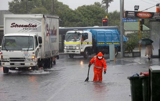 Τυφώνας παρέλυσε τις συγκοινωνίες στη Νέα Ζηλανδία