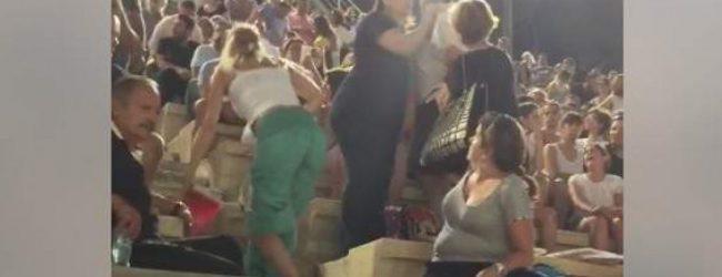 Βίντεο – σοκ: Άνδρας χαστουκίζει τη γυναίκα του στη συναυλία στο Παναθηναϊκό Στάδιο