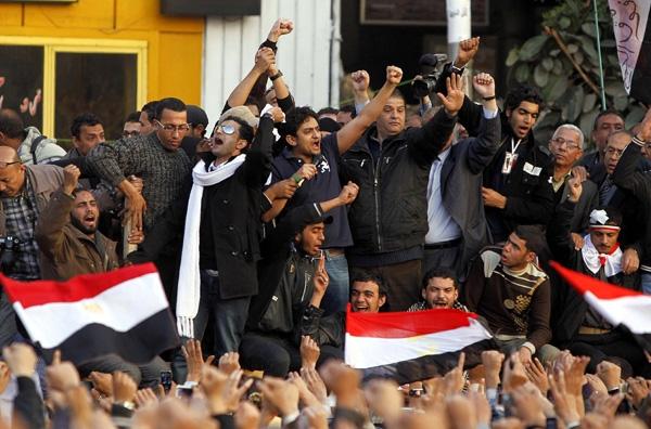 Παραμένουν οι διαδηλωτές στην πλατεία Ταχρίρ