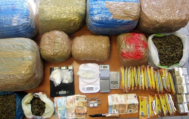 Εκρυβαν σε σπίτια και αποθήκη κοκαΐνη, κάνναβη και αφορολόγητο καπνό