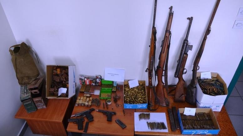 Παγοπώλης με σπίτι -οπλοστάσιο Βρήκαν όπλα, πιστόλια, χειροβομβίδες