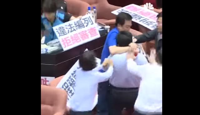 Άγριο ξύλο βουλευτών στο κοινοβούλιο της Ταϊβάν [βίντεο]