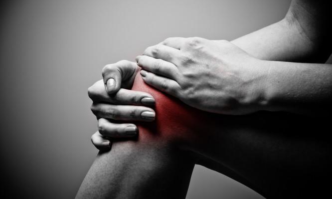 Πόνοι στα γόνατα: Οι πιθανές αιτίες για να ξέρετε πώς θα ανακουφιστείτε