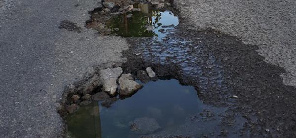 Παγίδα θανάτου η λακκούβα σε κεντρικό δρόμο του Πτελεού