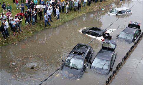 Xάος στην Κωνσταντινούπολη από την καταρρακτώδη βροχή