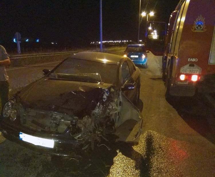 Αυτοκίνητο έπεσε πάνω σε κολόνα έξω από τον Τύρναβο