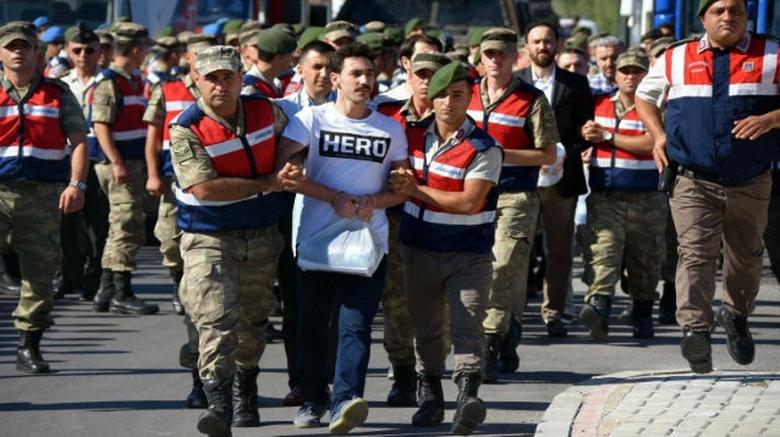 Τουρκία : Συλλαμβάνουν πολίτες που φορούν μπλουζάκια με τη λέξη «ήρωας»
