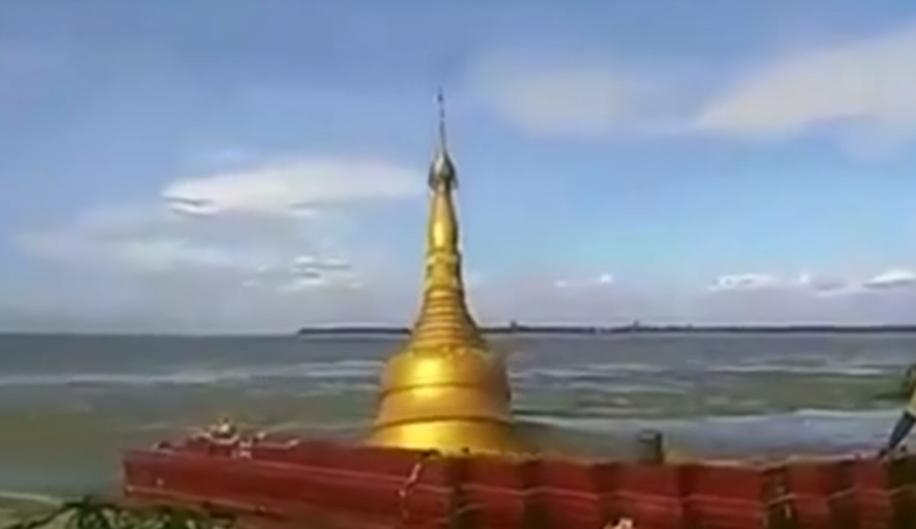 Ορμητικό ποτάμι παρέσυρε... παγόδα (βίντεο)