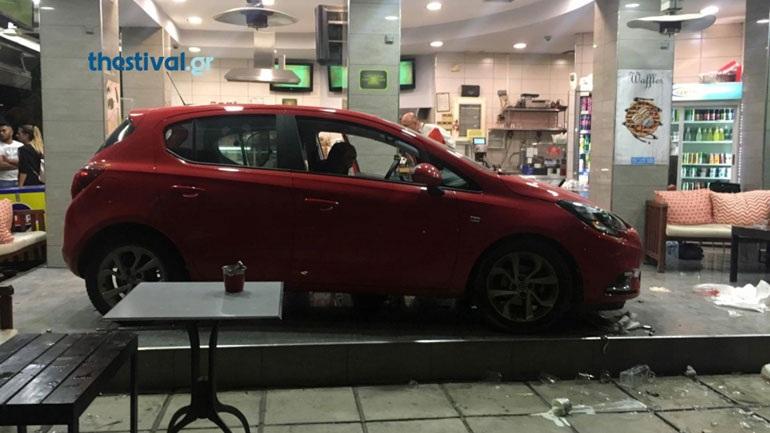 Θεσσαλονίκη: Αυτοκίνητο «εισέβαλε» σε καφετέρια – Τρεις τραυματίες