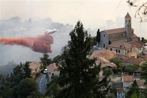 Xιλιάδες εγκαταλείπουν τις εστίες τους από τις φωτιές στη νότια Γαλλία