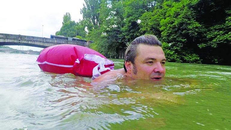 Ο άνθρωπος που πάει καθημερινά στη δουλειά του... κολυμπώντας!