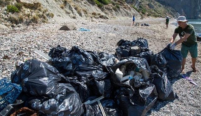 Σήμα κινδύνου από την Greenpeace: Τα πλαστικά σαρώνουν τις ελληνικές θάλασσες