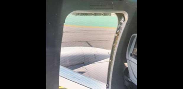 Έφηβος άνοιξε την πόρτα κινδύνου σε αεροπλάνο και γλίστρησε στο φτερό