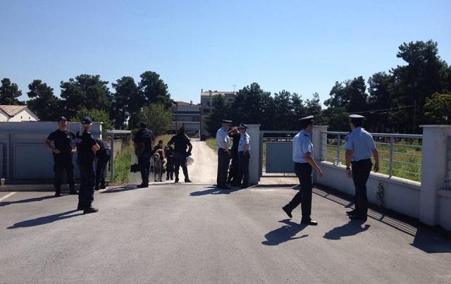 Αντιεξουσιαστές «πολιορκούν» το κτήριο της Περιφέρειας στη Λάρισα. Ισχυρές αστυνομικές δυνάμεις στο χώρο