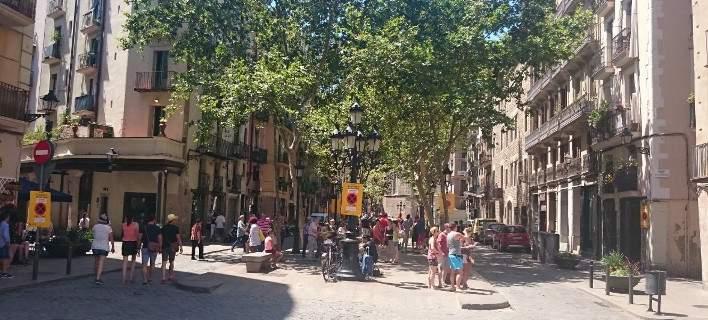 Γιατί στη Βαρκελώνη διώχνουν τους τουρίστες: Tourists Go Home το σύνθημά τους [εικόνες]
