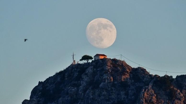 Ξεχωριστή και εντυπωσιακή η πανσέληνος με μερική έκλειψη σελήνης [εικόνες]